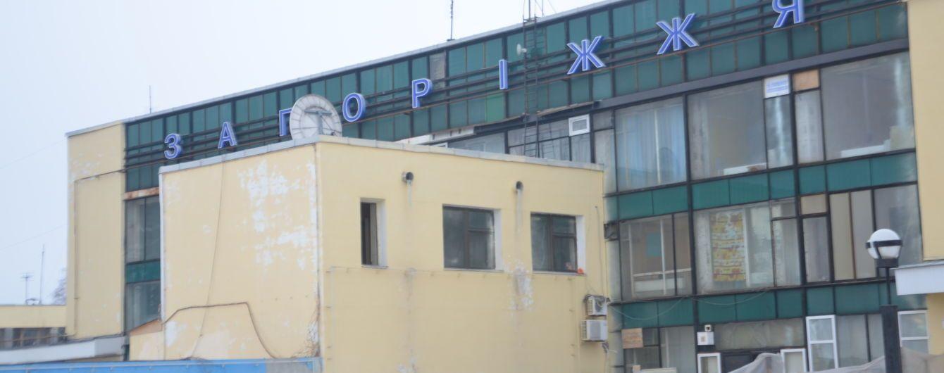 В Запорожье самолет при приземлении выкатился за взлетно-посадочную полосу