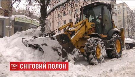 ТСН знайшла на приватному виклику снігоприбиральну техніку, про брак якої заявили чиновники