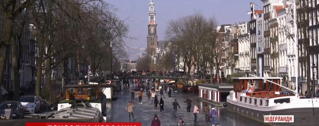 Голландцы в мороз решили ездить на работу на коньках