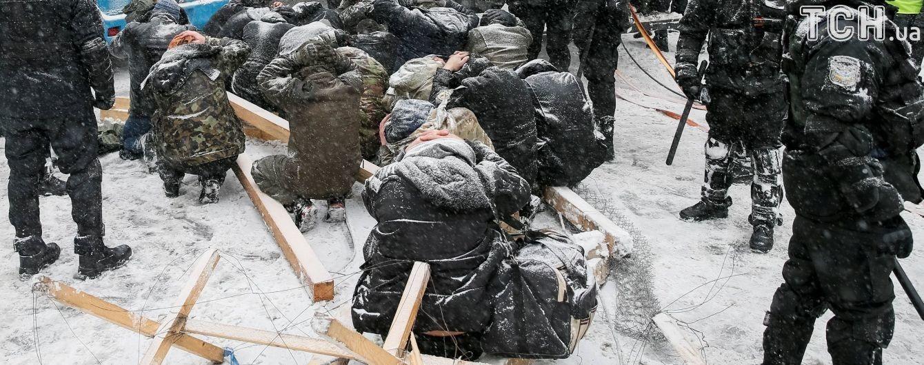У МВС прокоментували перебування протестувальників біля Ради на колінах під час затримання