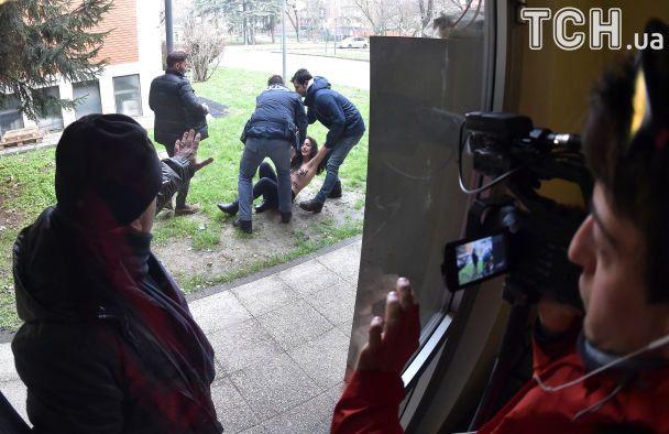 Активистка Femen с обнаженной грудью выпрыгнула перед Берлускони