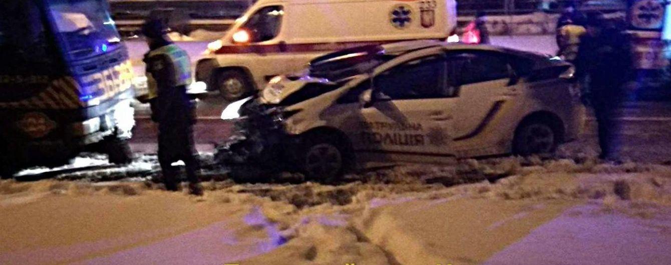 В Киеве патрульные на пустой дороге врезались в эвакуатор, есть пострадавшие