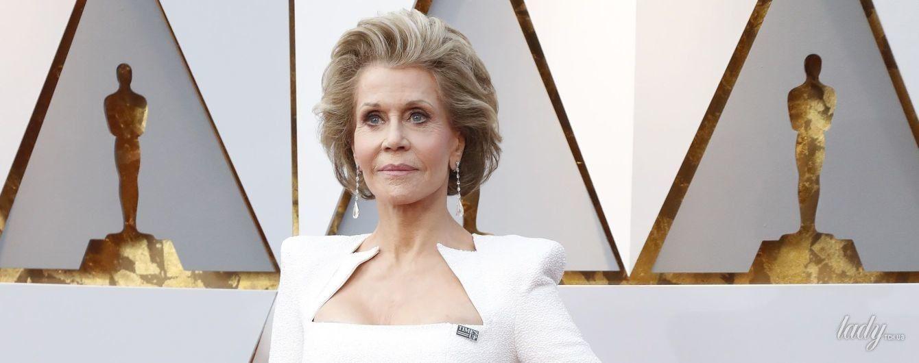 Эффектный выход: 80-летняя Джейн Фонда подчеркнула фигуру белоснежным платьем