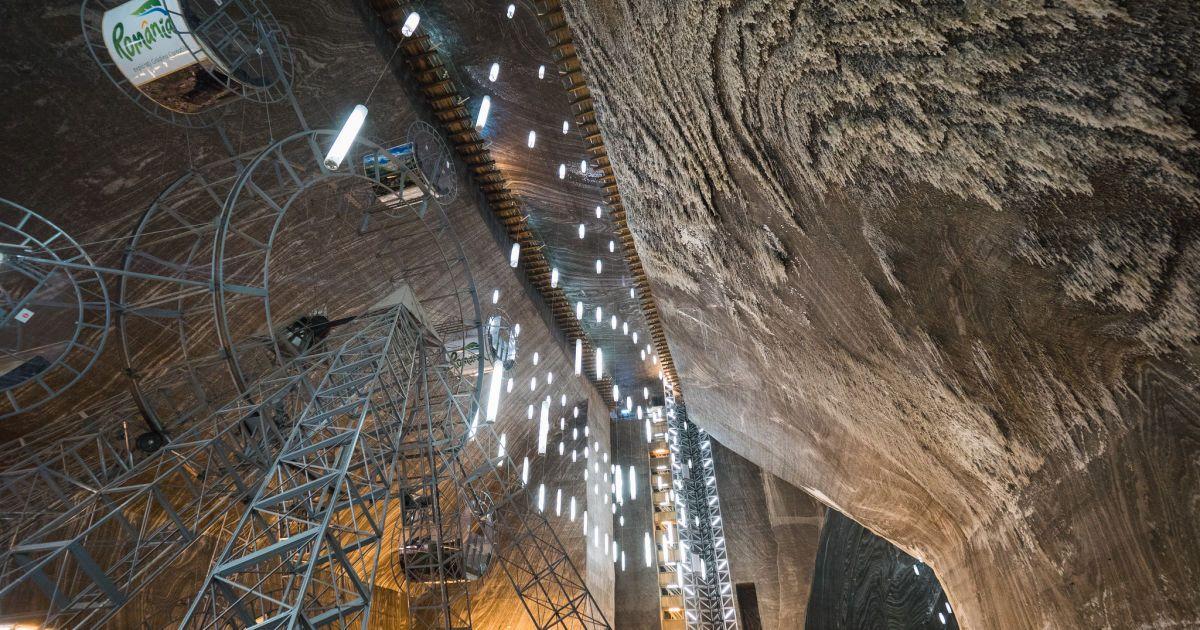 Величезні соляні шахти Трансільванії приховують фантастичний розважальний парк