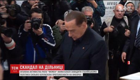"""Активистка """"Фемен"""" обнажилась перед Берлускони на избирательном участке"""