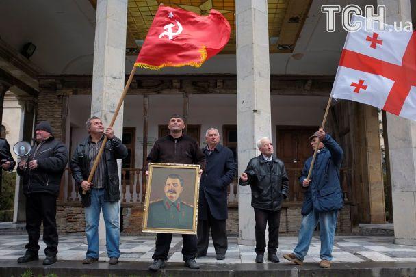 Зі свічками й хачапурі. Грузини зібралися на поминки Сталіна у Горі