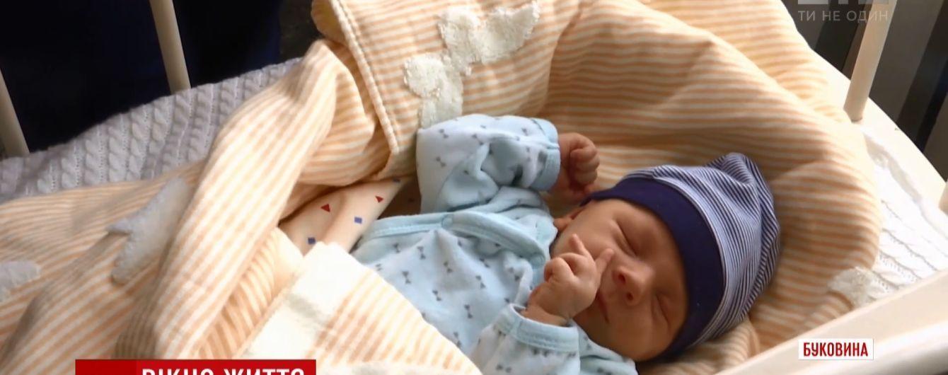 """На Буковині """"вікно життя"""" врятувало кількаденне немовлятко"""