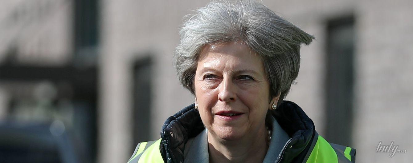 Кому больше идет строительный жилет: Тереза Мэй vs герцогиня Кембриджская