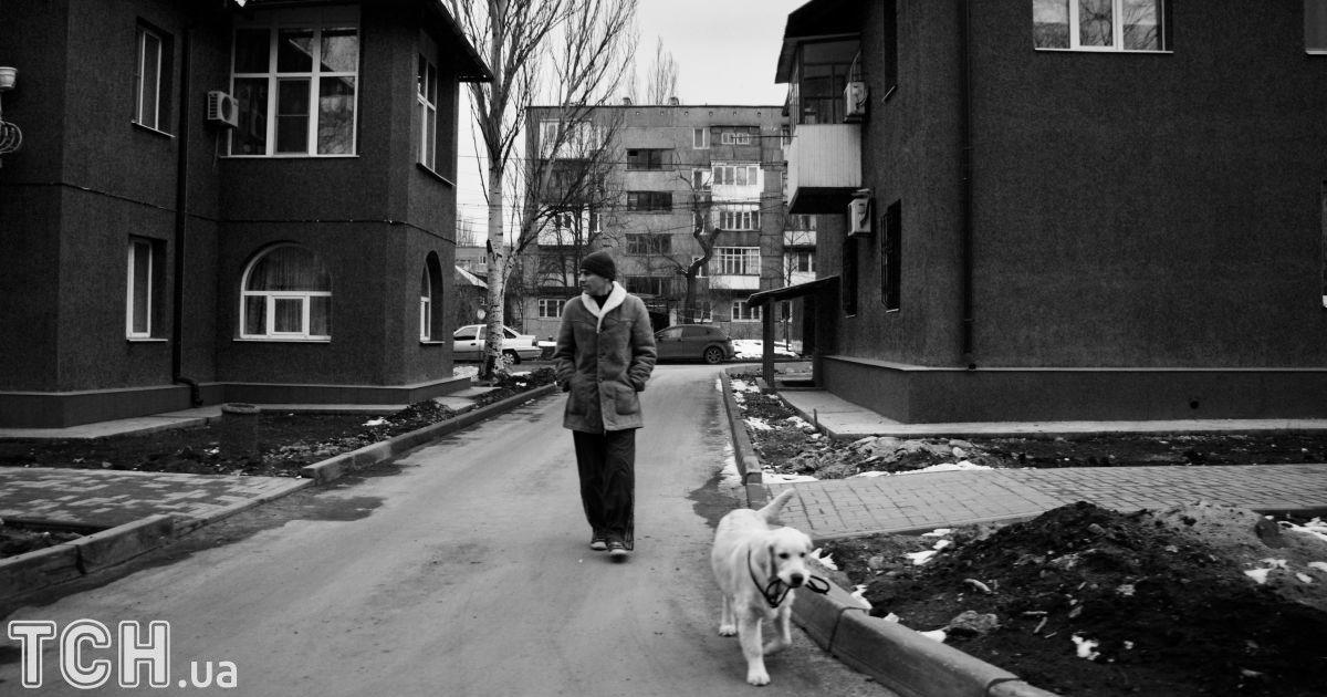 """Курахово, Донецкая область. Мужчина вышел на прогулку с собакой. @ Дмитрий Мороз/Журналист """"Спецкор"""""""