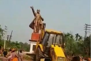 """Ленінопад в Індії. В одному зі штатів знесли пам'ятник """"вождю"""" і пограли його головою у футбол"""