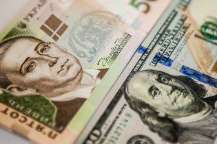 Основна валюта розпочала тиждень зі здешевшання в курсах Нацбанку. Інфографіка