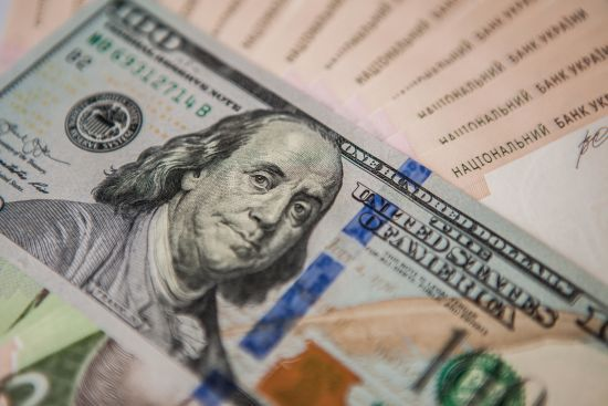 Долар здешевшає, а євро здорожчає в офіційних курсах Нацбанку на середу. Інфографіка