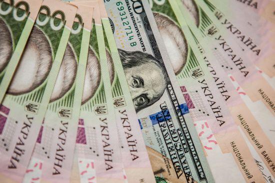 Мінфін позичив на внутрішньому ринку великі суми коштів у гривнях і доларах