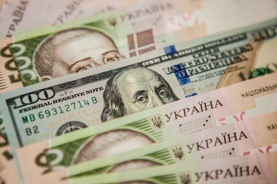 Долар і євро продовжать дешевшати в офіційних курсах Нацбанку на вівторок. Інфографіка