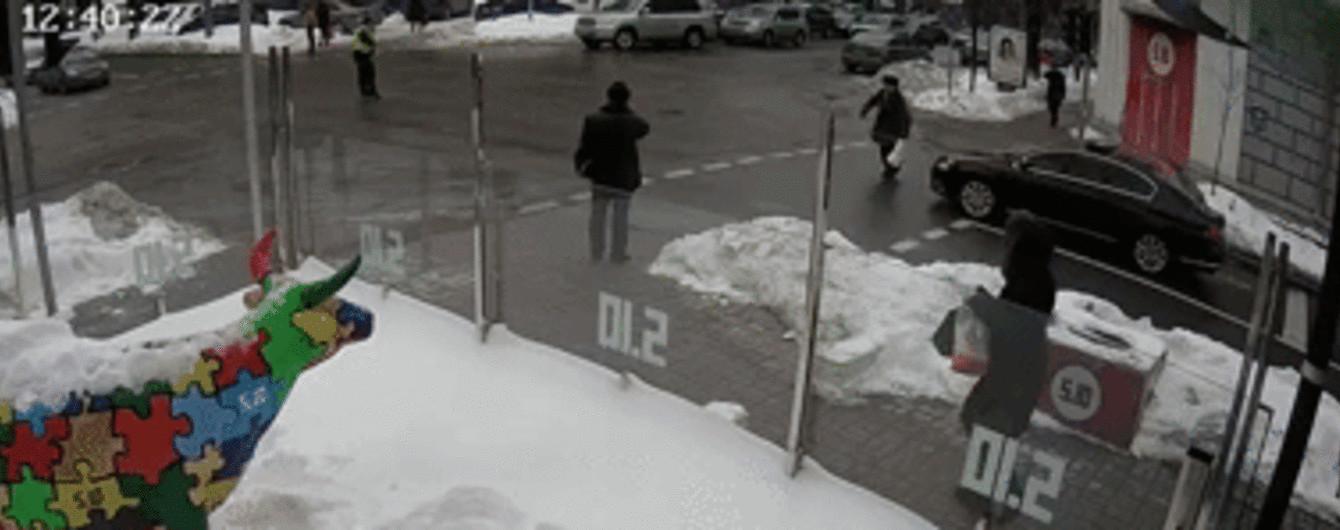 Перелом ноги и сотрясение мозга. В полиции сообщили о состоянии пенсионера, сбитого кортежем в центре Киева