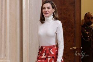 В белой водолазке и пестрой юбке: королева Летиция в ярком образе встречала спортсменов во дворце Сарсуэла