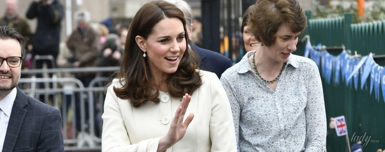 В пальто за 170 долларов: беременная герцогиня Кембриджская вышла в свет в новом наряде