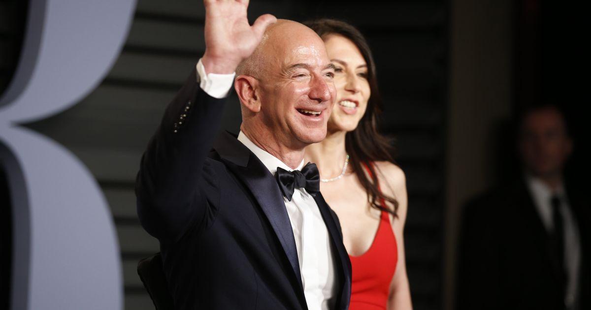 Найбагатшою людиною світу за версією журналу Forbes став засновник  онлайн-ритейлера Amazon Джозеф Безос зі статками у 112 мільярдів доларів. c16db5b321e2f