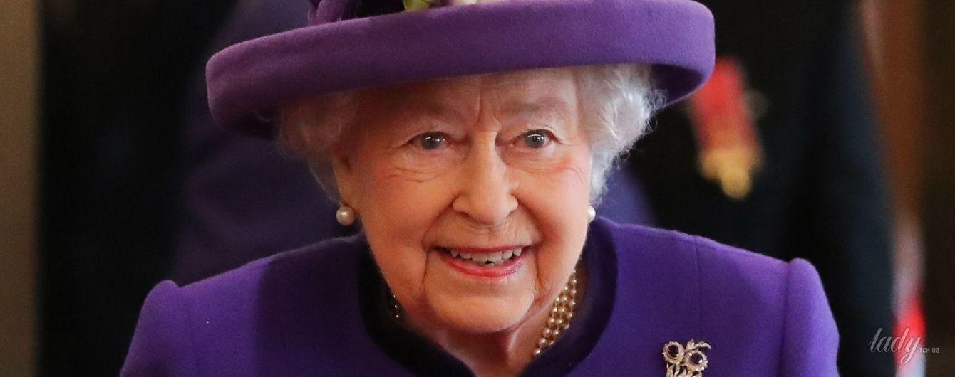 Готова к весне: королева Елизавета II надела на мероприятие яркое пальто и милую шляпу с цветами
