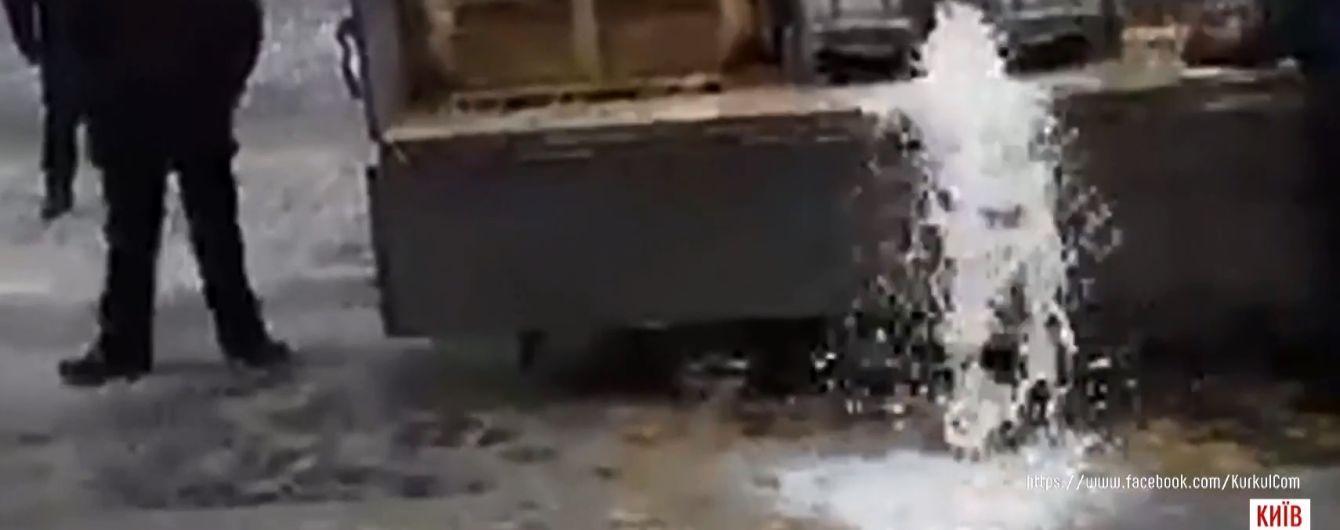 У Києві під будівлю Кабміну вилили тонну молока