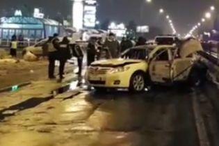 У Києві біля станції метро в машину кинули дві гранати, є постраждалий - соцмережі