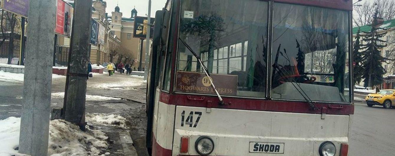 Фанатський транспорт: у Івано-Франківську з'явився тролейбус до школи магії та чародійства Гоґвортс