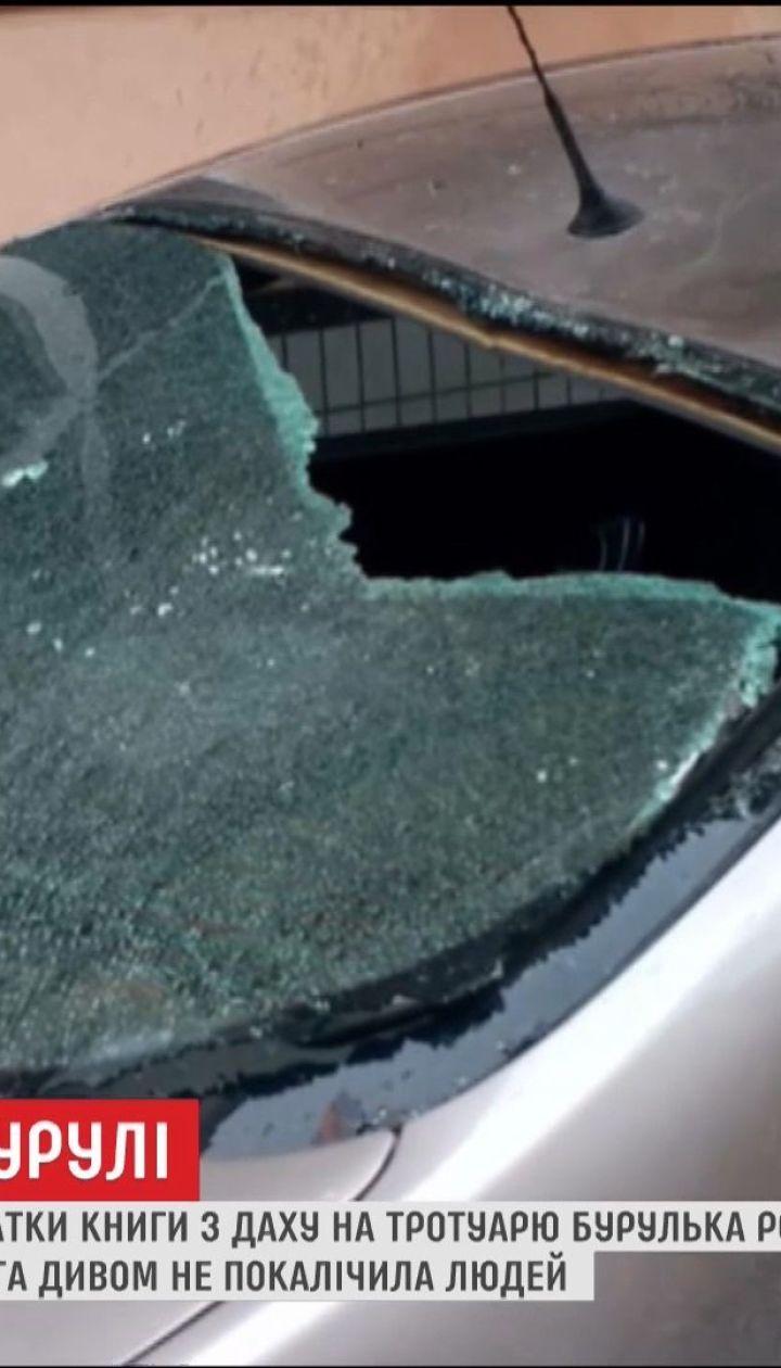 В Черновцах неизвестный мужчина бросал куски льда с крыши 4-этажки