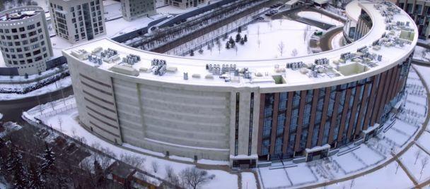 Під Москвою в будинках замурували вікна, аби мешканці не дивилися на палац заступника Медведєва