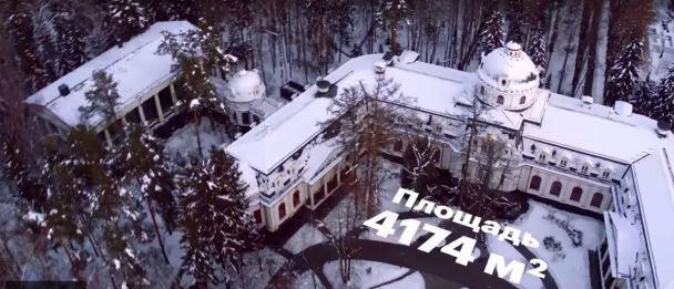 Под Москвой в домах замуровали окна, чтобы жильцы не смотрели на дворец заместителя Медведева