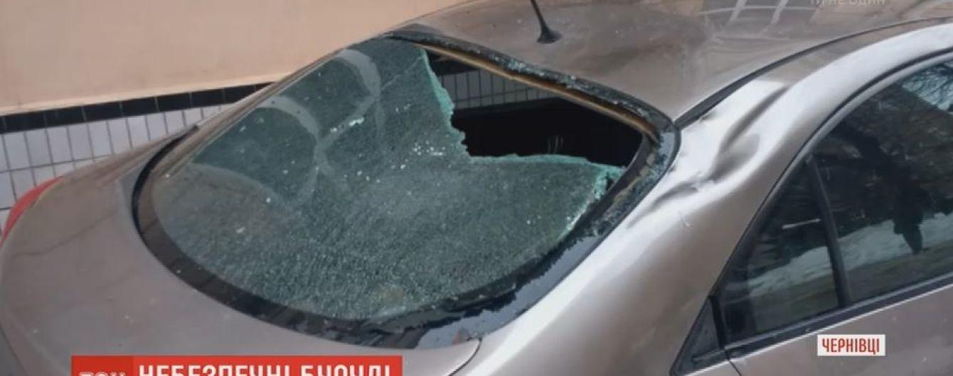 В Чернівцях розшукують чоловіка, який збивав бурульки просто на припарковані автівки