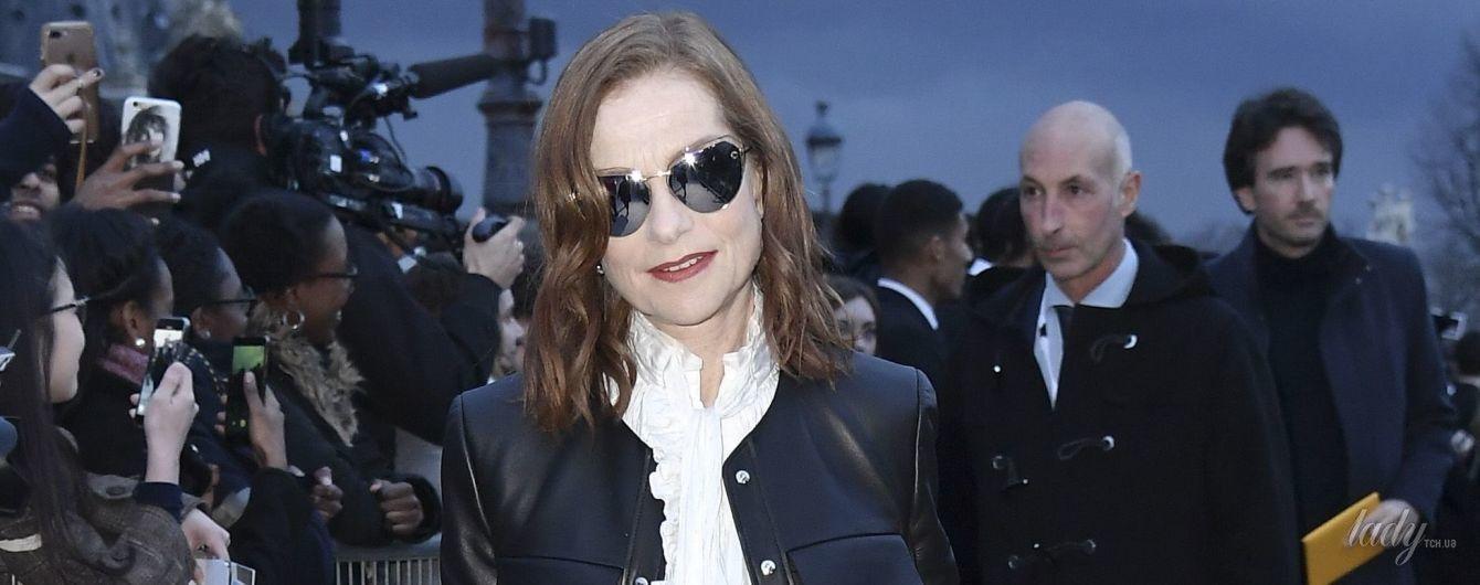 Изабель Юппер в белой блузке с бантом посетила Парижскую неделю моды