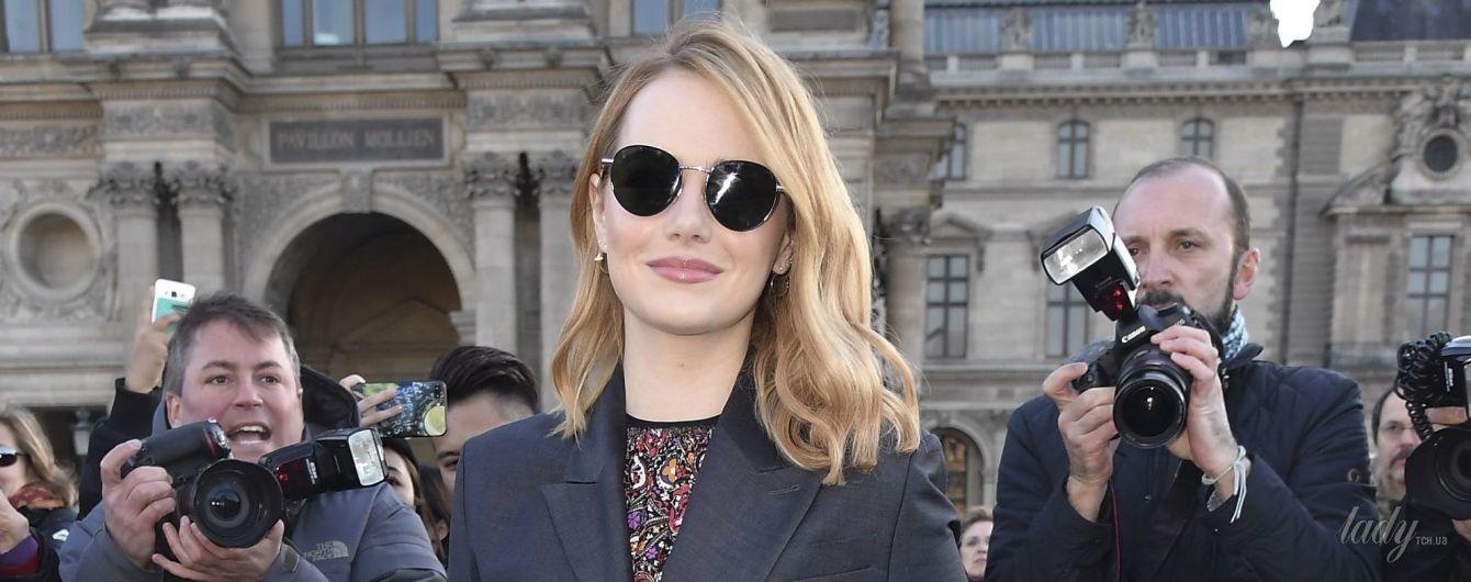 В мини-платье и высоких сапогах: Эмма Стоун в стильном образе на модном показе
