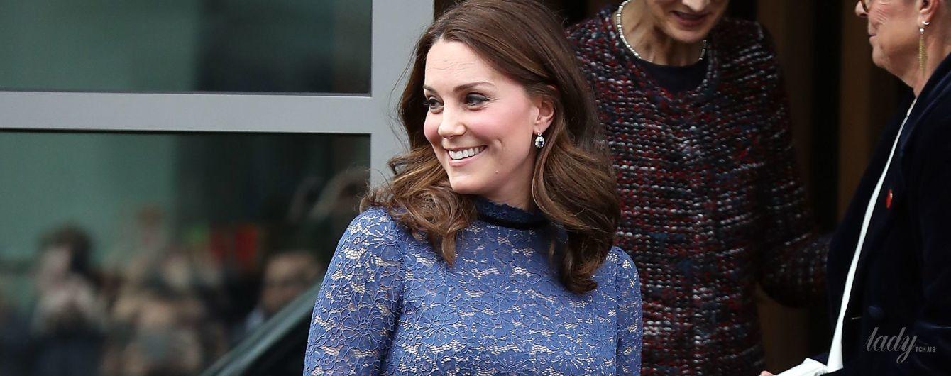 Красиво и бюджетно: беременная герцогиня Кембриджская появилась на публике в кружевном платье за 200 долларов