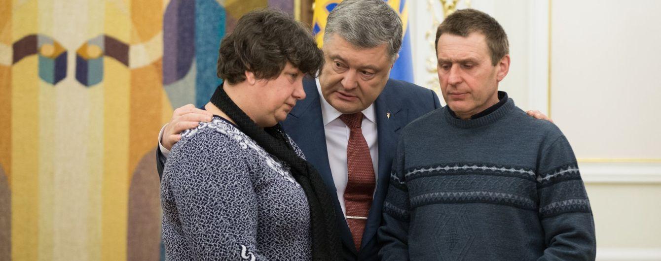 Порошенко посмертно наградил украинскую девушку-воина Сабину Галицкую