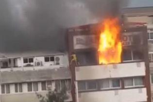 Очевидцы сняли на видео падение женщины с 5 этажа горящего отеля в Турции