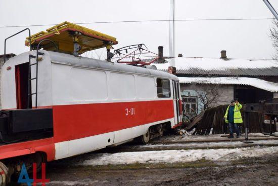 В окупованому Донецьку трамвай в'їхав у житловий будинок