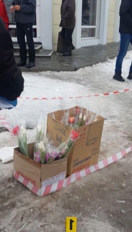 В Кропивницком двое мужчин ограбили торговцев цветами