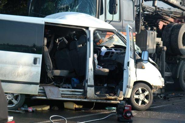 У Польщі авто з українськими заробітчанами влетіло під колеса вантажівки – є загиблі й травмовані