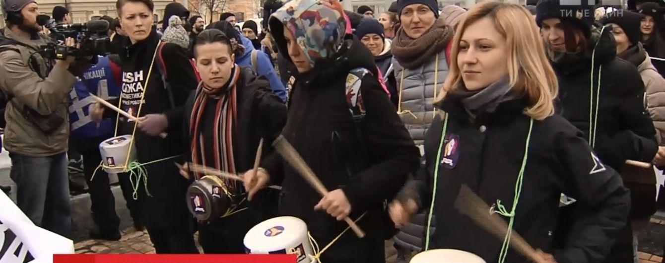 Прапори ЛГБТ і тюльпани чоловікам: феміністки своєрідно відзначили 8 березня в Україні