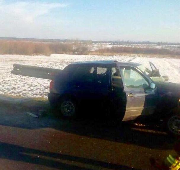 Поблизу Рави-Руської авто протаранило відбійник, є жертви