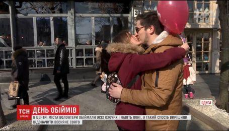 """В Одессе 8 марта отметили с табличками """"обними меня"""""""