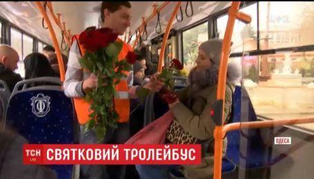 В одесском троллейбусе женщинам дарили цветы и не брали деньги за проезд