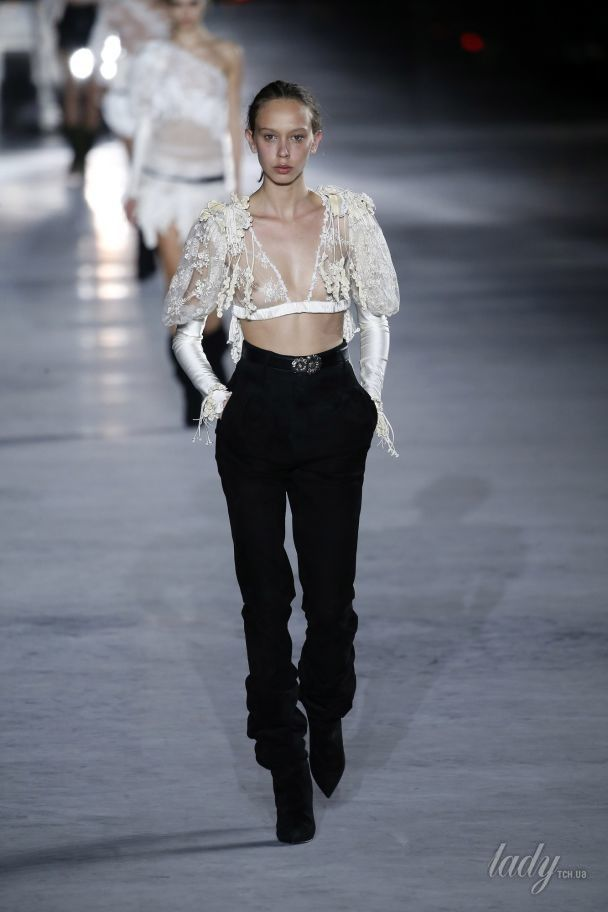 Кожаные шорты и платья-баллоны в коллекции Saint Laurent сезона весна-лето 2018