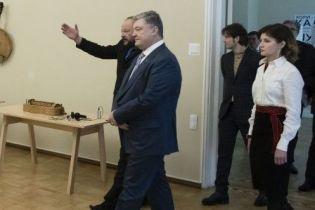 В льняной рубашке и с этническим поясом: Марина Порошенко на церемонии вручения премии Шевченко