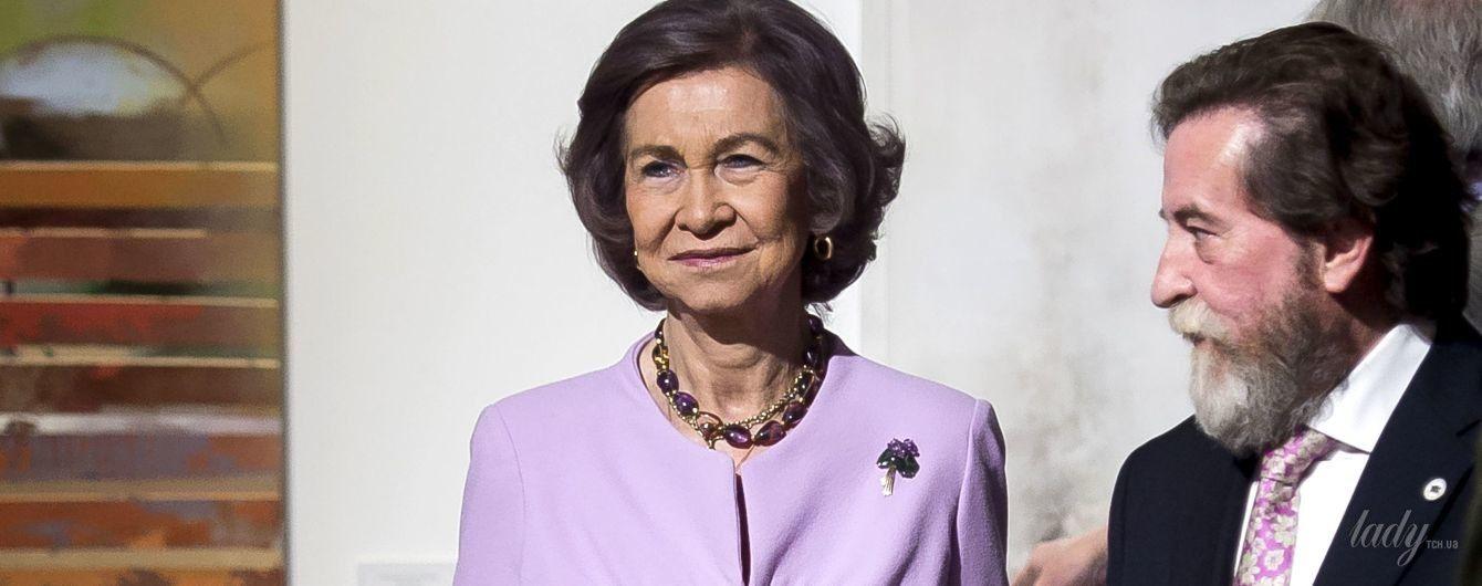 В сиреневом костюме и с сумкой Chanel: 79-летняя королева София на светском мероприятии