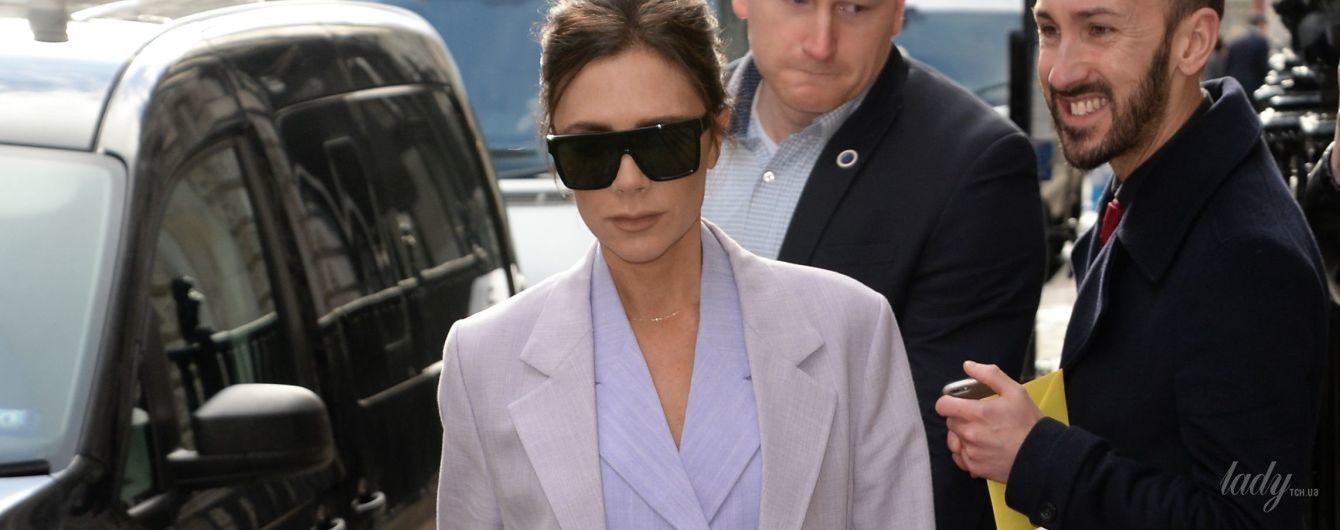 В стильном костюме и снова на шпильках: Виктория Бекхэм в объективах папарацци