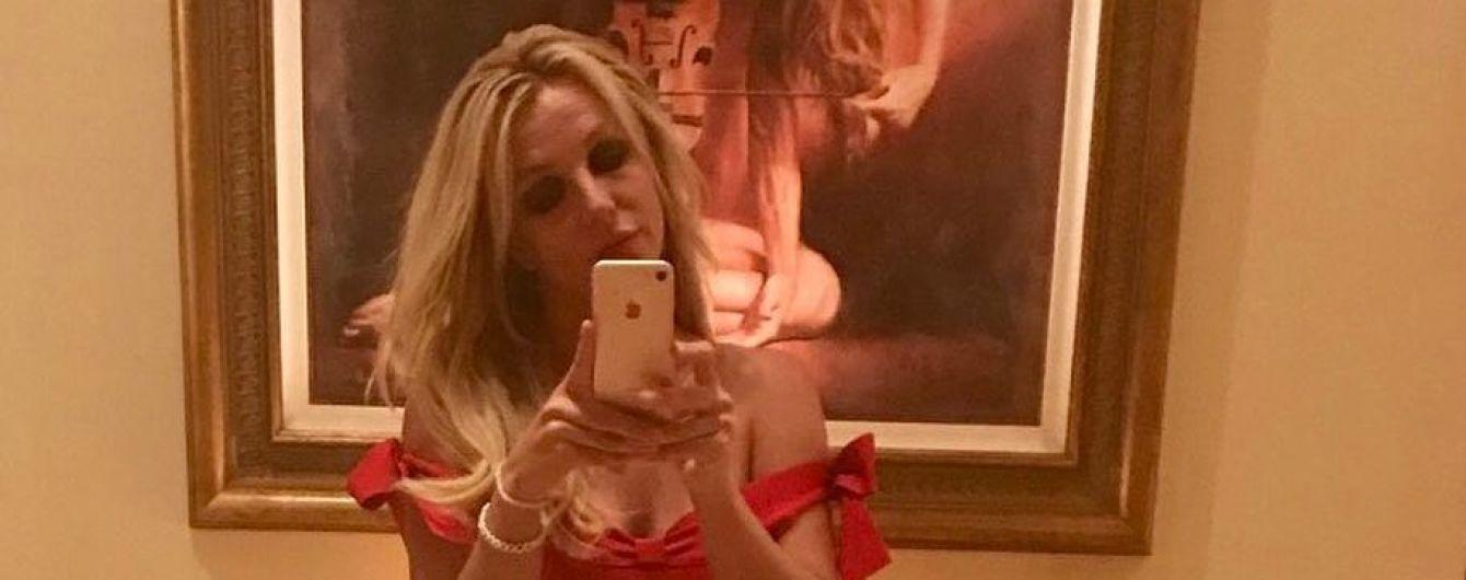 Бритни Спирс похвасталась фигурой в маленьком красном платье
