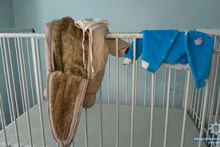 Правоохоронці озвучили перші версії у справі про підкинуте на Сумщині немовля