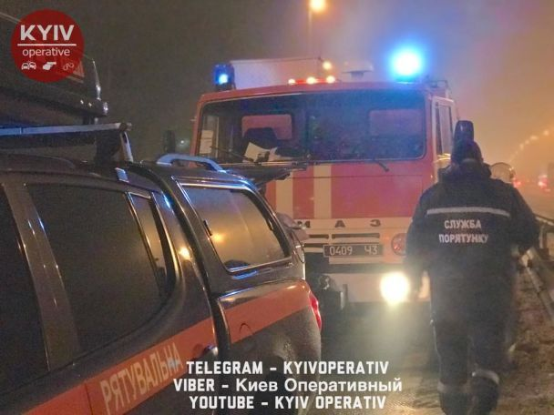 В Киеве авто наштрыкнулось на отбойник – водитель чудом не травмировался