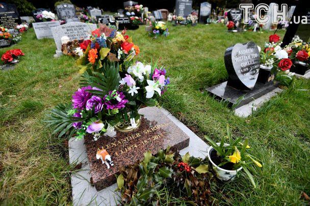 Поліція оточила і проводить розслідування на кладовищі, де поховані дружина і син шпигуна Скрипаля